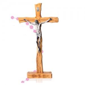 Croce ulivo tronco con corpo in resina argentata con base