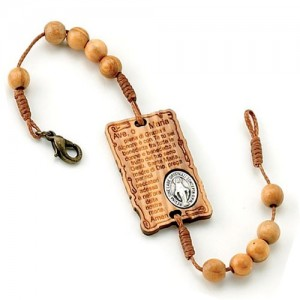 Bracelet bound in olive wood with parchment with medal
